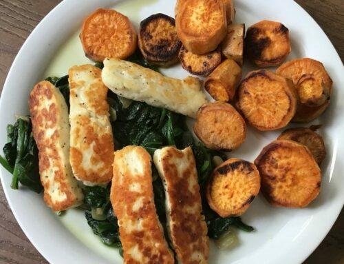 Spinazie met zoete aardappel en halloumi